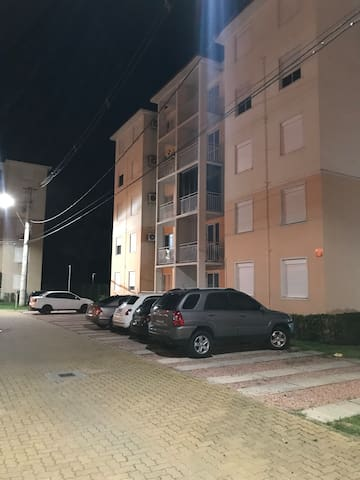 Vista externa do apartamento no condomínio.