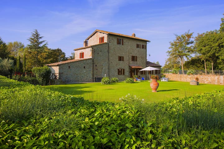 Agriturismo near Cortona with spacious garden and swimming pool