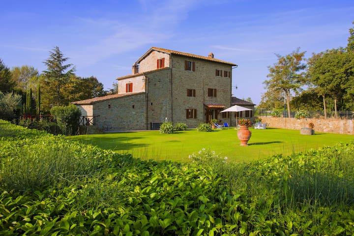 Agriturismo in der Nähe von Cortona mit großem Garten und Swimmingpool