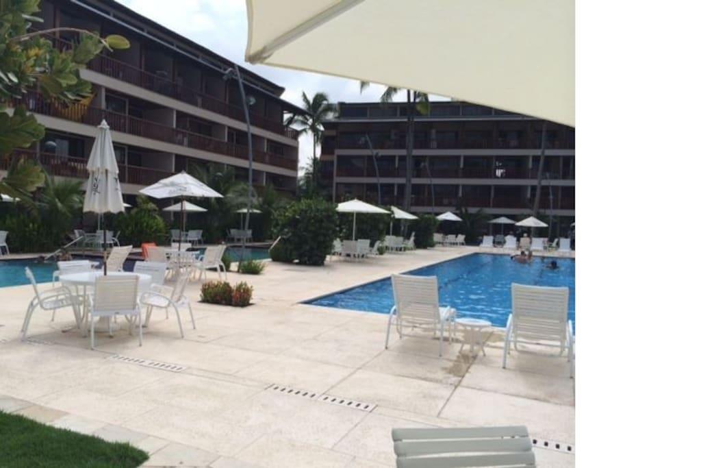 Uma das áreas de piscinas do Flat