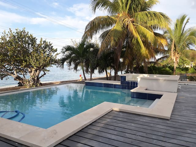 Oceanfront Villa first row with Private Pool & Jacuzzi
