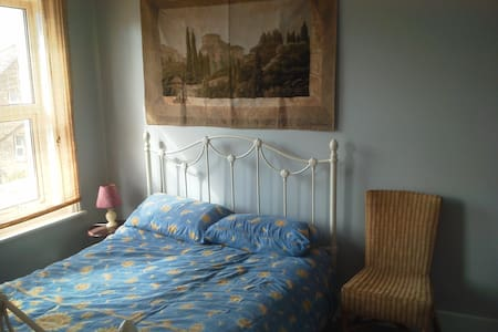 Double en-suite room by sea front - Eastbourne - House