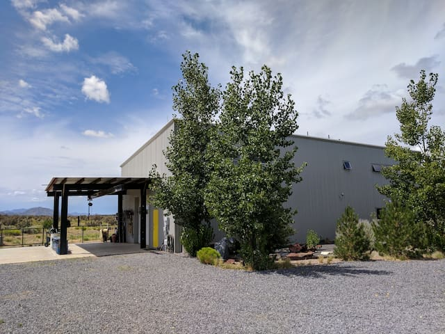 Entrance:  Welcome to your contemporary steel building in the country with large attached guesthouse (1500 sq ft); 15-minute drive to Southside shops, movies and restaurants; easy 25-minute drive to the Plaza downtown.