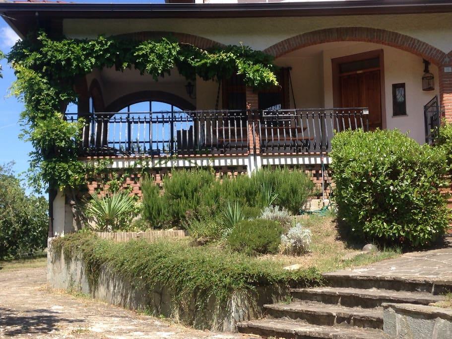 Terrazza e ingresso della casa.