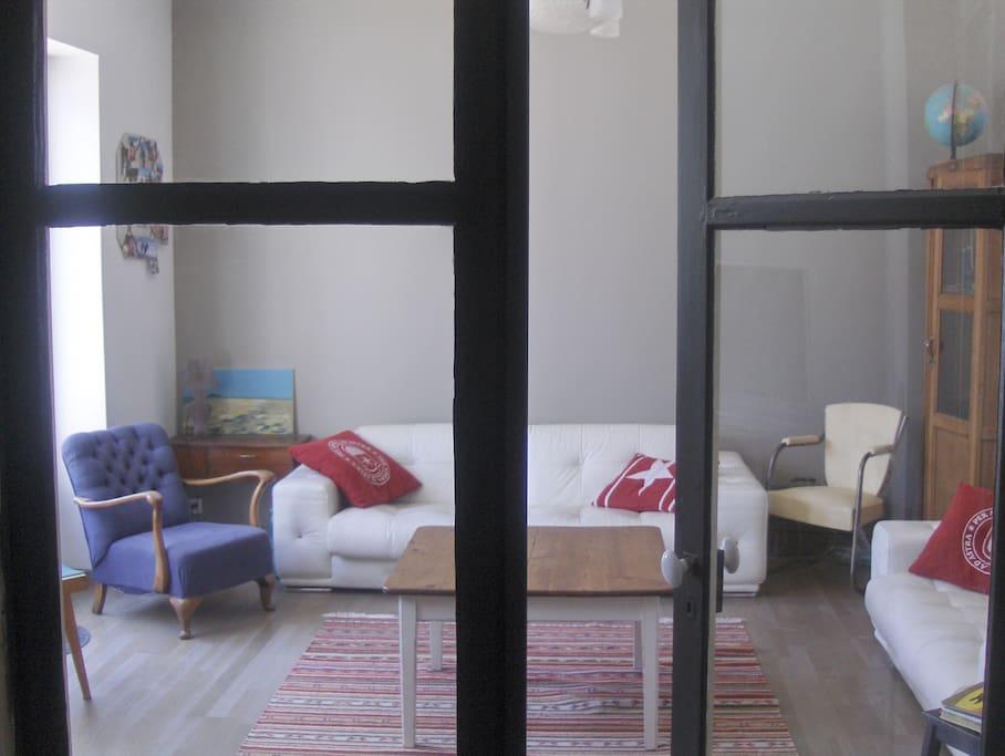 Le salon vue de l'entrée.