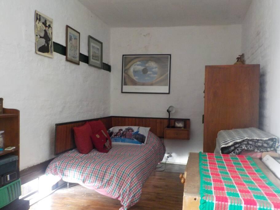Habitación con una cama y un colchón extra disponible