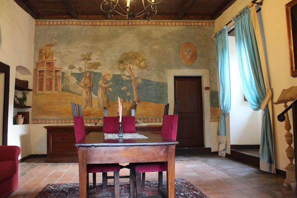 L'affresco fatto realizzare dal regista Luigi Comencini nella sala lettura dell'Abbazia