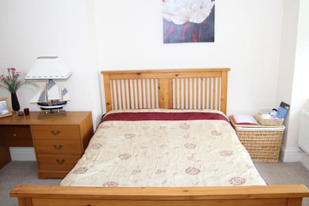 Cosy and beatiful double room for 2 guests. 30 seconds walk to the sea! Pier can be seen through the living room window. 8 min walk to the town centre. Free Wifi and free street parking available.