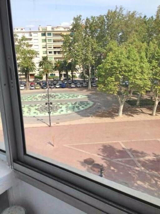 Avec vue sur la promenade des platanes et sa fontaine.