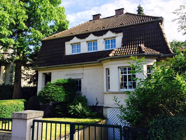 Room in a amazing Villa, Close Fare & City Centre - Düsseldorf - Villa