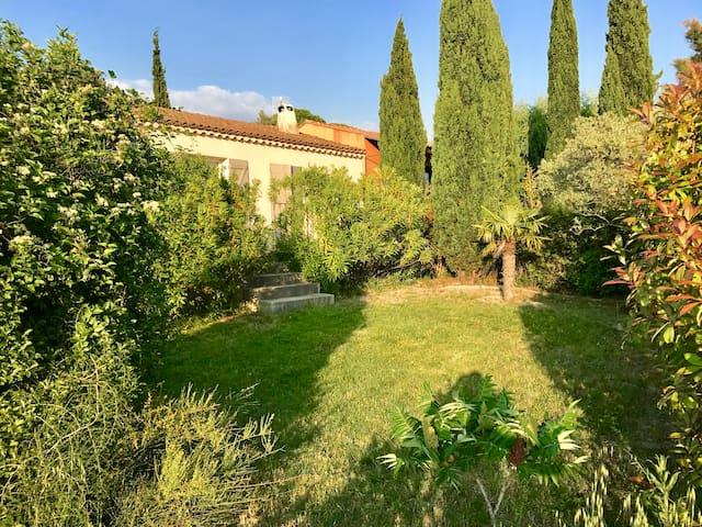 Une petite maison au calme, entre les Dentelles de Montmirail et le Ventoux. Au pied des vignobles et dans le chant des cigales!