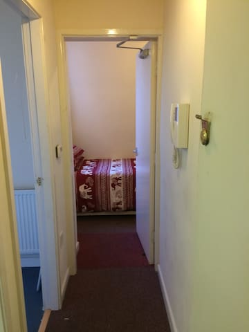 Leicester Multi-unit building. This will suit a single person. Flat on the first floor of this block of flats. New construction.£38.00 per day.  Very close to the station, shopping area.off London road. Close to delhi university and de monte fort universi