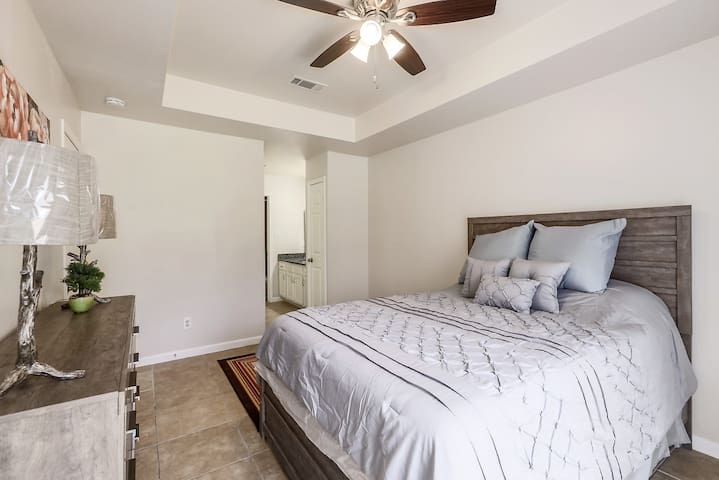 Main Bedroom (Queen Bed, Shower, Bathtub)