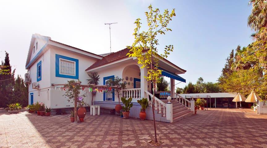 Casa de lujo luminosa con piscina, chimenea y BBQ