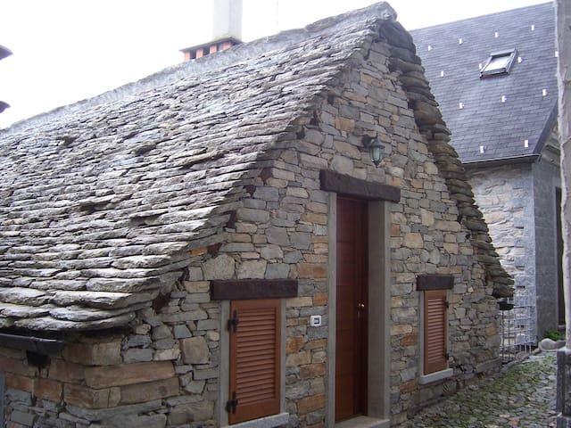 Delizioso chalet in pietra e legno! - Druogno - Almhütte