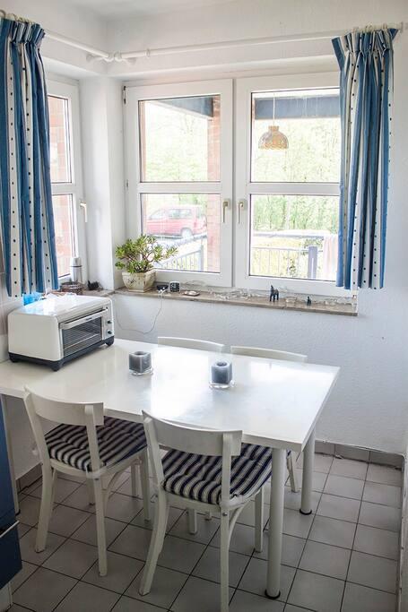 Vollständige Küche mit Kühlschrank, Kaffeemaschine, Ofen und ceramic Kochplatten.