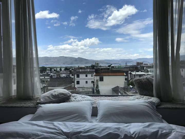 大理古城榻榻米大飘窗观景大床房~躺在床上看蓝天白云~视野开阔安静舒适~近各景区