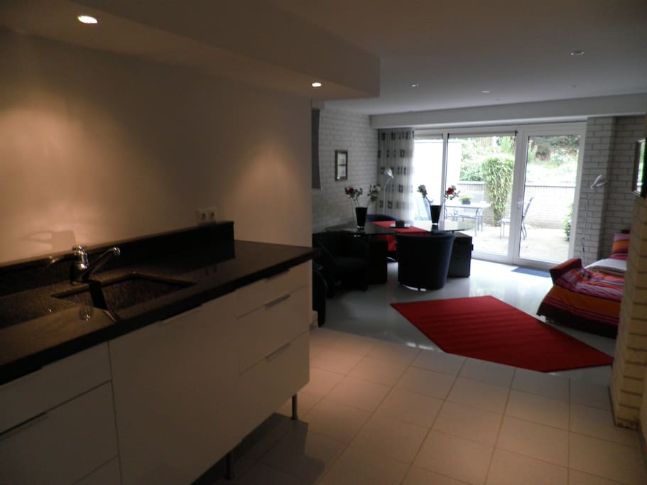 kamer 1 met een 2 persoonsbed en keuken