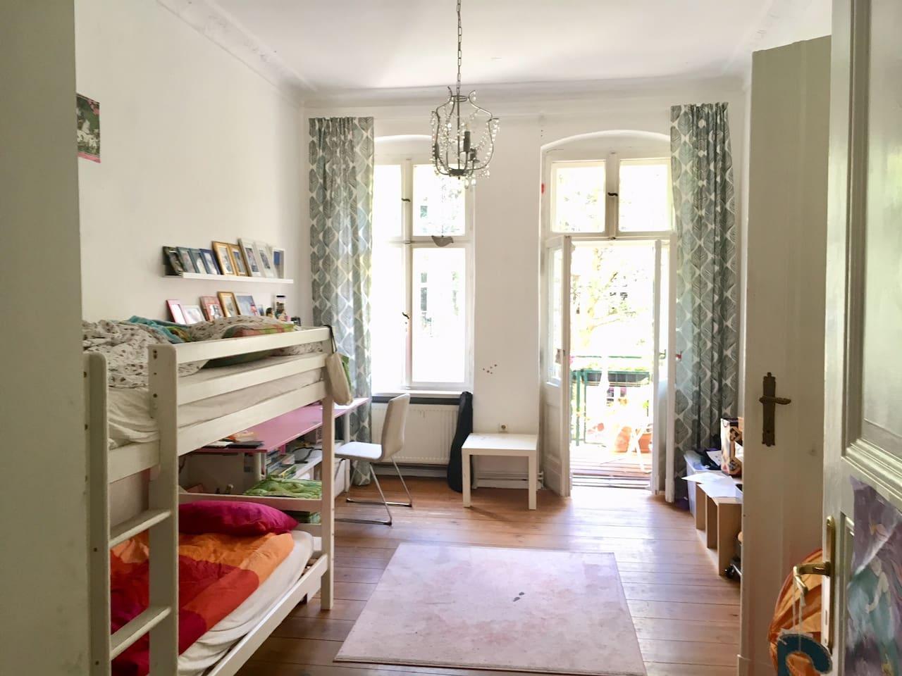 Kinderzimmer, 2. Schlafzimmer mit Balkon