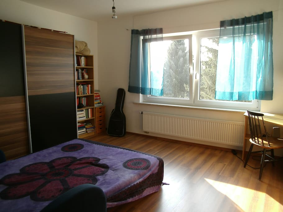 Zimmer mit Doppelbett-Couch von rechts