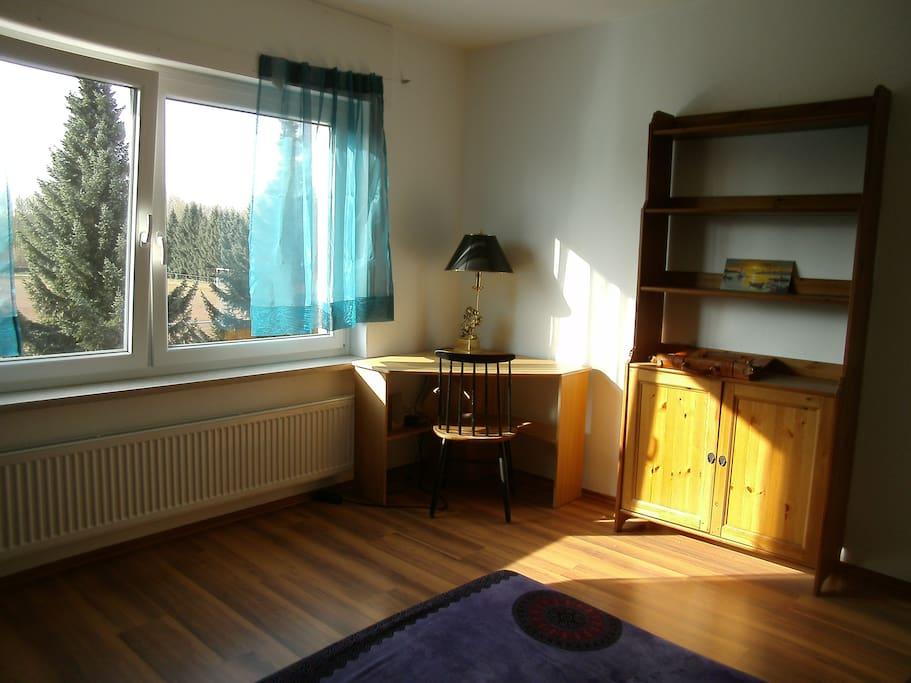 Zimmer mit Doppelbett-Couch von links