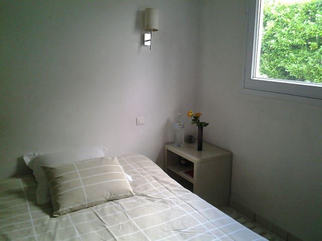 Chambre, lit 1m40 donnant sur la terrasse et le jardin..TV.