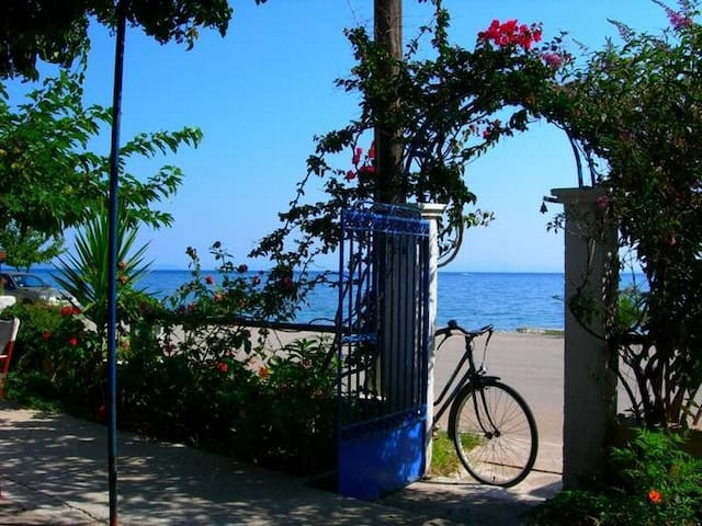 Traditional 2bedroom beach house - Poros