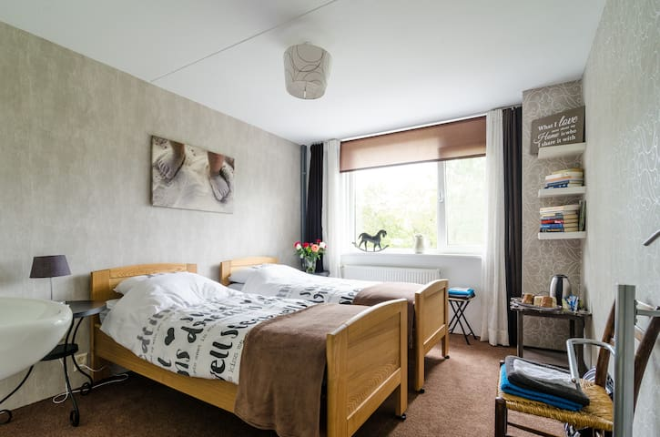 Comfortable, light and spacious bedroom for 2. - Breukelen - Talo