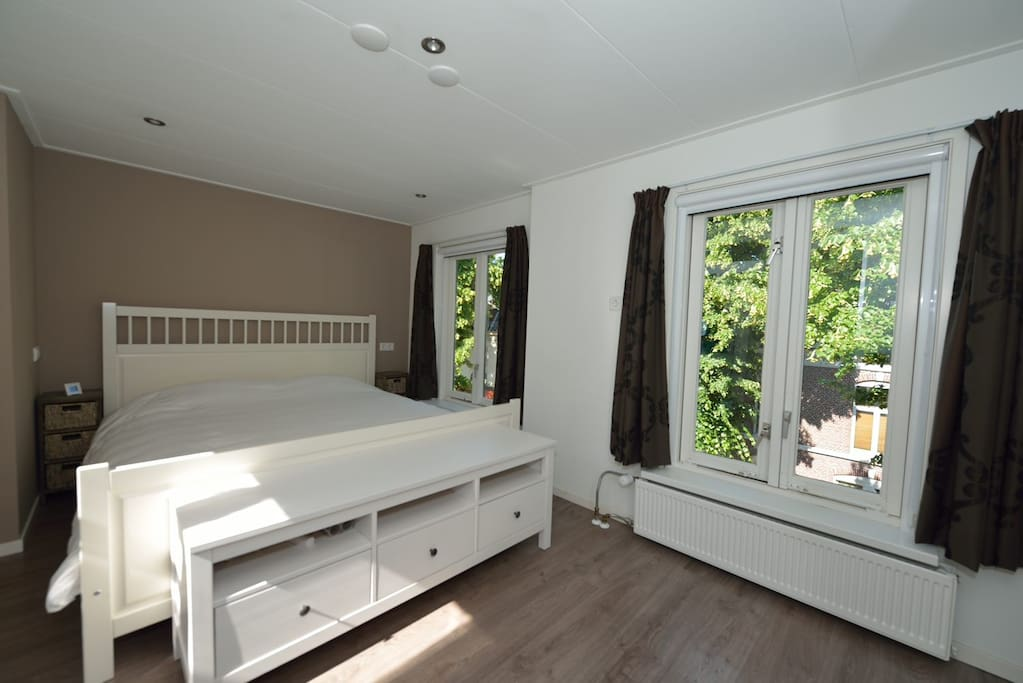 The master bedroom with kingsize bed.