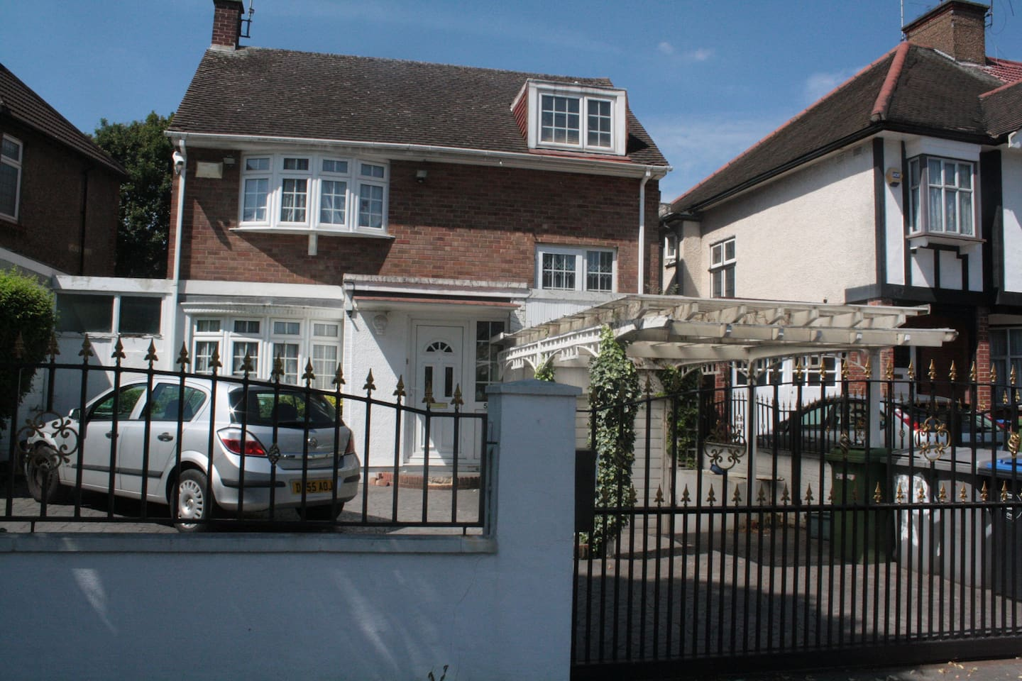 Large spacious 4 bedroom detached house with large drive and gated