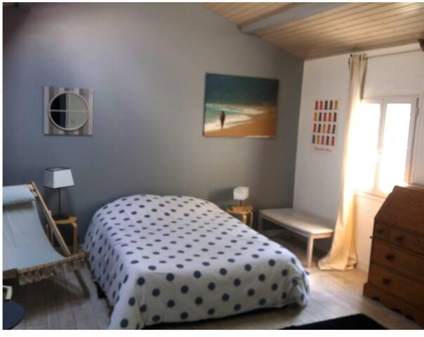 Chambre Spacieuse et confortable - Saintes - House