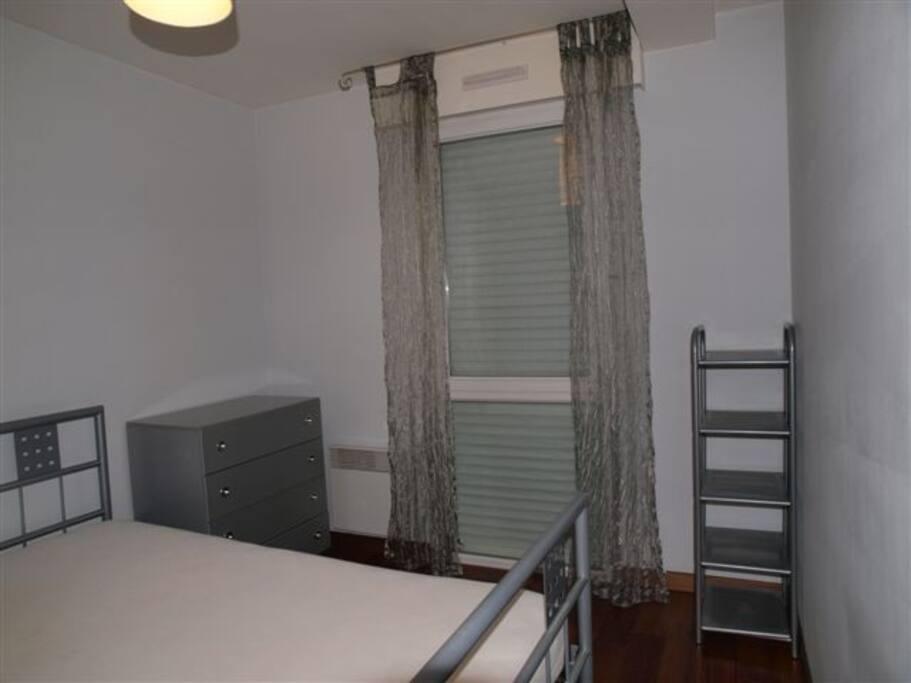 Chambre sur parquet  avec commode et penderie