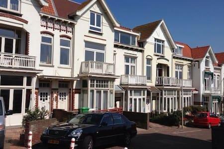 Strandhuis direct aan zee - Den Haag