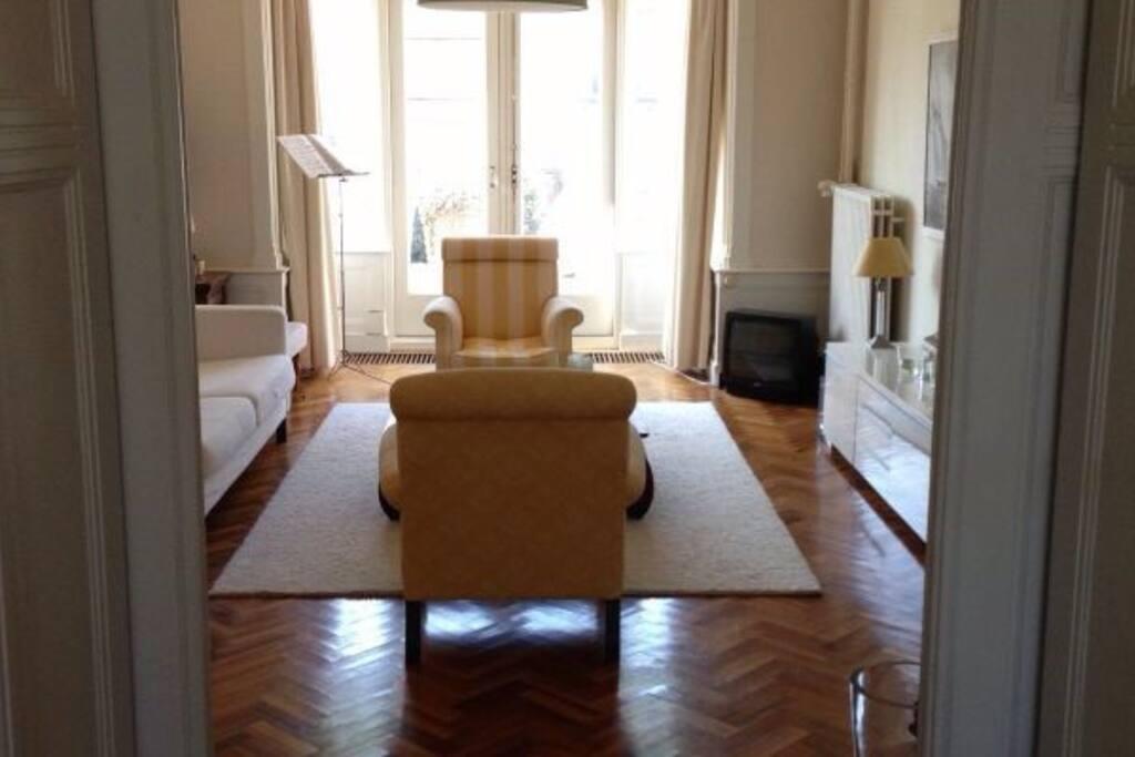 Lichte woonkamer met openslaande deuren naar terras