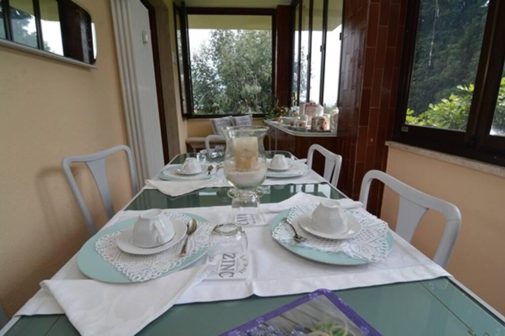 ...una buona colazione in veranda...circondata da piante secolari!!
