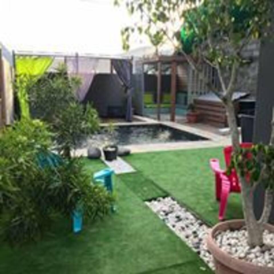 Extérieur (Piscine, espace détente, douche, barbecue, table à manger)
