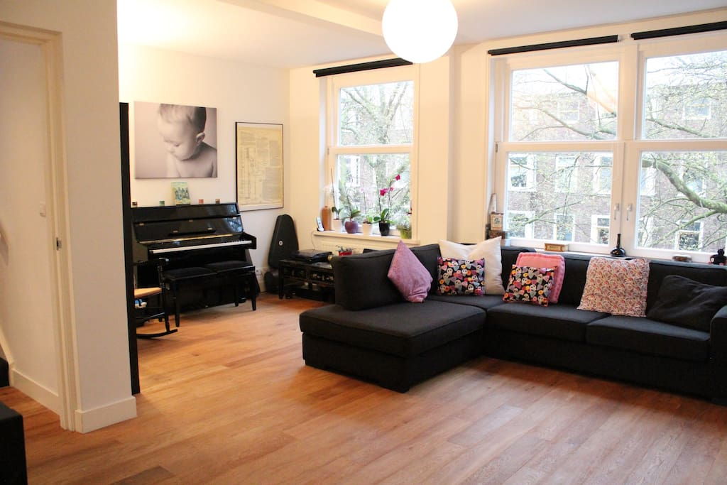 Large, stylish livingroom with a view to the canal.