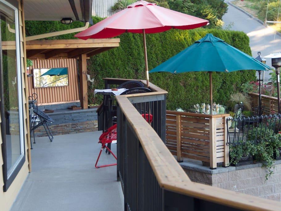 upper deck with breakfast nook