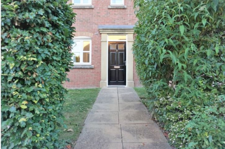 Streetly Apartment - Two Bed Sleeps Four + Parking