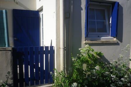 Petite maison idéalement placée - plage et bourg