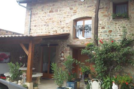 GITE AU COEUR DU VILLAGE DE JULIENAS - Guesthouse