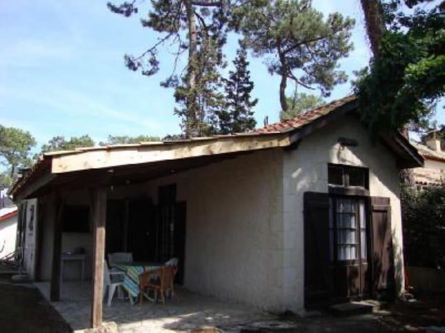 Maison individuelle typique dans jardin.