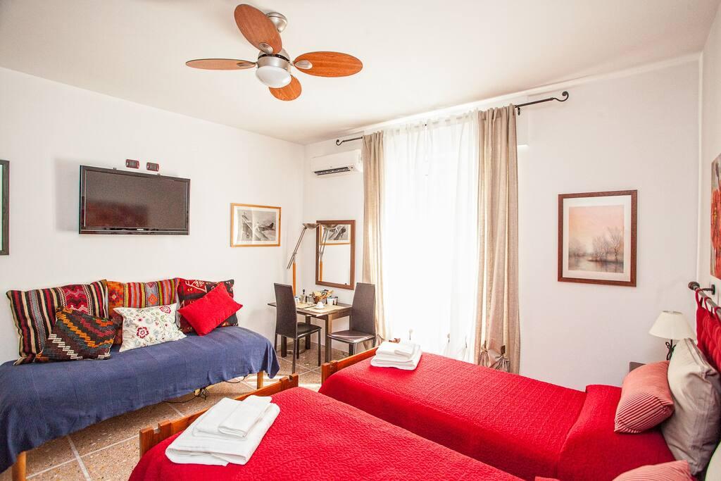 Studio: 3 posti letto,  due letti di ampie dimensioni 200x90 un letto singolo dimensioni 190x90