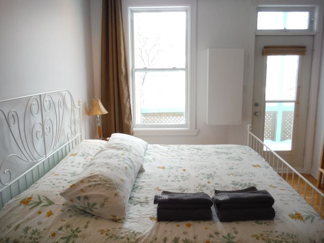 King bed, Bright, Steps from Metro!