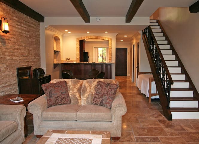 A06: Renovated Beautiful Townhouse Style Condo, Common Pool & Jacuzzi