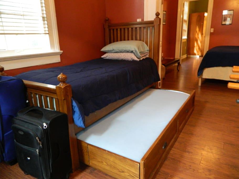 1st bedroom: 2 twin beds