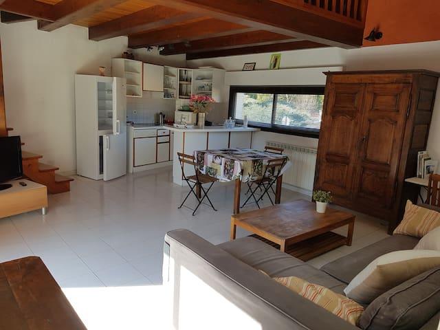 Petite maison quartier tranquille avec terrasse