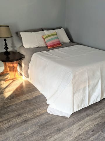 Queen bed always with extra sheets!