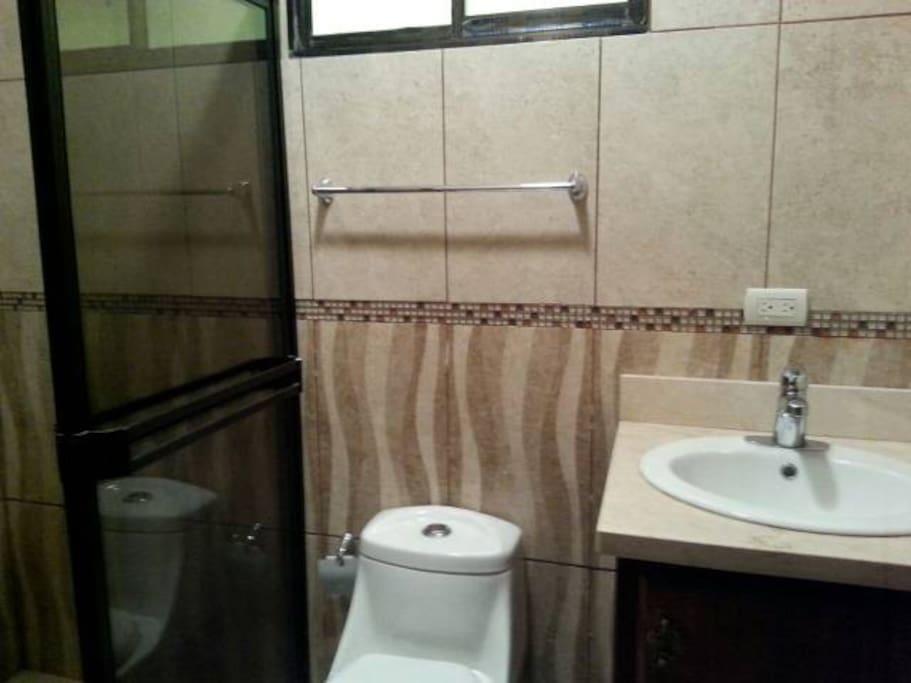 2 baños completos privados y 1/2 baño para visitas.