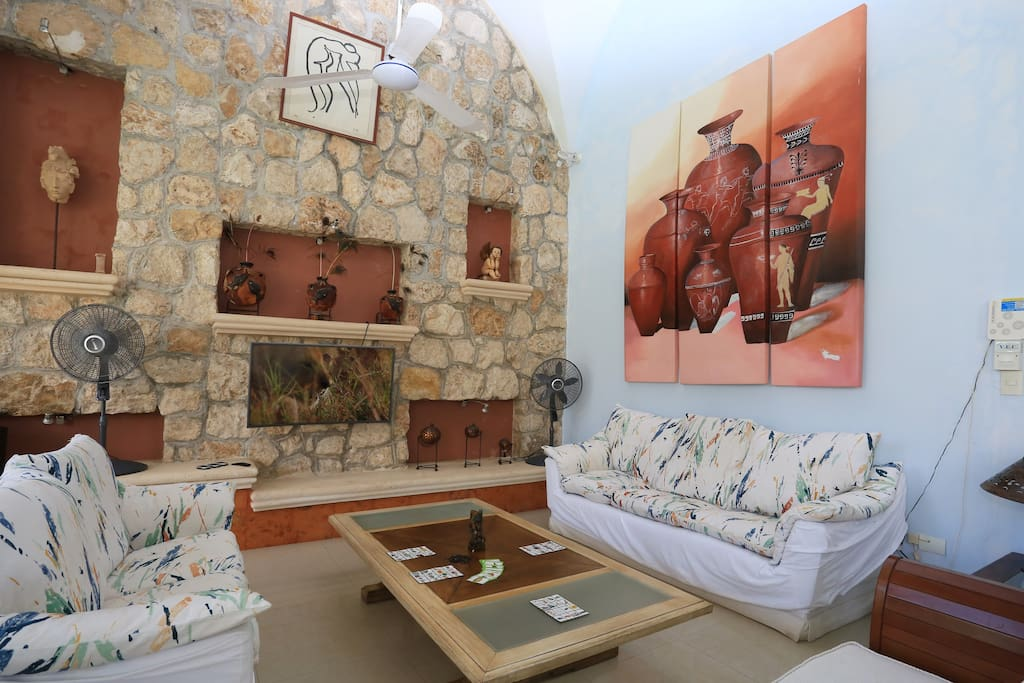 Sala con smart TV, en donde tambien podrás disfrutar algunos juegos de mesa o leer una revista
